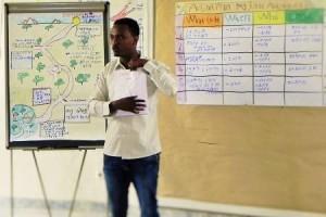 Teshale Likassa bei der Anleitung für die Erstellung des business- und Actionplans.
